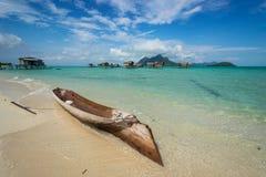 Una barca di legno sulla riva del mare di Celebes Immagini Stock