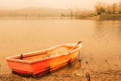 Una barca di plastica in lago, stile d'annata Immagini Stock