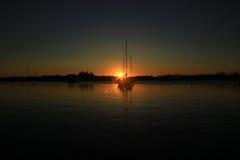 Una barca e un'alba Immagini Stock