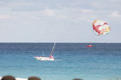 Una barca ed i suoi villeggianti sul paracadute fotografia stock libera da diritti