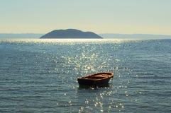 Una barca ed il mar Mediterraneo, Greese Fotografie Stock Libere da Diritti
