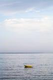 Una barca gialla in mare ionico vicino a Giardini Naxos immagine stock