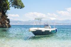Una barca in mare blu fotografia stock libera da diritti
