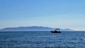 Una barca nel mare fotografie stock