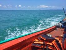 Una barca nel mare blu fotografia stock