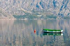 Una barca nella baia fotografie stock