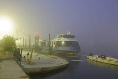 Una barca nella nebbia alla sera Fotografie Stock Libere da Diritti