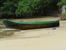 Una barca nella spiaggia Immagini Stock Libere da Diritti