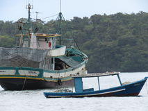 Una barca nella spiaggia - Paraty Immagine Stock