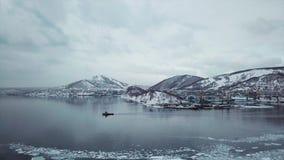 Una barca saling nella baia di Kamchatka stock footage