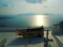 Una barca sola Isola di Santorini in Grecia immagini stock libere da diritti