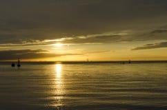 Una barca sotto il tramonto Fotografia Stock