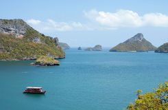 Una barca sta navigando fra le montagne. La Tailandia Fotografia Stock