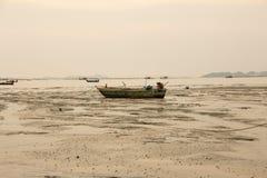 Una barca sul fango Fotografia Stock