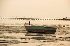 Una barca sul fango Fotografie Stock
