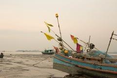 Una barca sul fango Immagini Stock