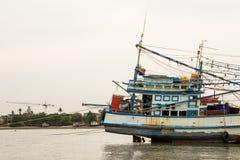 Una barca sul fango Fotografie Stock Libere da Diritti