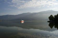Una barca sul lago di mattina Fotografie Stock