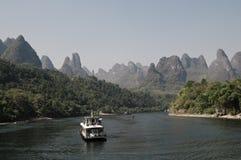 Una barca turistica nel fiume di Lijiang a Guilin Fotografia Stock Libera da Diritti