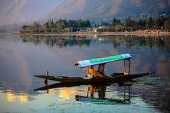 Una barca turistica a Srinagar Immagini Stock