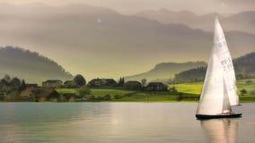 Una barca a vela ancorata in un lago tranquillo Nei precedenti un gabbiano vola vicino archivi video