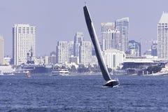 Una barca a vela che fissa sulla baia di San Diego Fotografia Stock