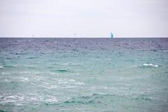 Una barca a vela e due gabbiani nelle acque di Lloret de Mar Fotografia Stock
