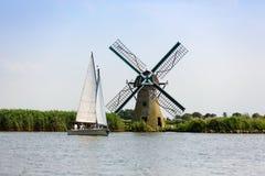 Una barca a vela e un mulino a vento olandese sul Kaag fotografia stock libera da diritti