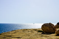 Una barca a vela naviga dal mar Mediterraneo, Malta Fotografia Stock Libera da Diritti
