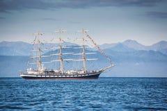 Una barca a vela nell'area dell'acqua della baia di Avacha, Kamchatka immagine stock libera da diritti