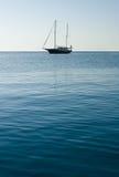 Una barca a vela sola fotografia stock