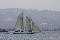 Una barca a vela su una baia Immagine Stock