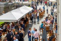 Una barra al aire libre en Canary Wharf embaló con la consumición de la gente Imágenes de archivo libres de regalías
