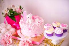 Una barra de caramelo deliciosa preciosa en rosa y los colores oro para una pequeña princesa en su 1r cumpleaños Fotografía de archivo libre de regalías