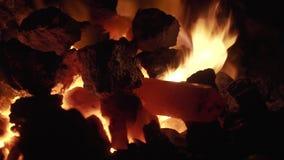 Una barra de metal en el fuego en la fragua almacen de metraje de vídeo
