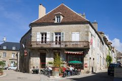 Una barra en una casa antigua en Vezelay Foto de archivo libre de regalías
