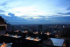 Una barra iluminada por velas de gama alta del tejado en Bangkok foto de archivo
