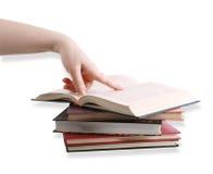 Una barretta che indica su un libro Fotografia Stock