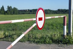 Una barriera senza il segno, le Green Lane e la foresta dell'entrata su fondo immagini stock