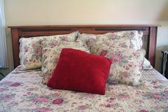 Una base: headboard, cuscini, bedspead immagini stock