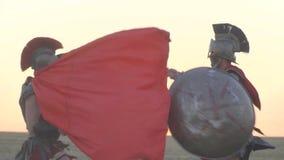 Una batalla hermosa de dos gladiadores en el campo, cámara lenta metrajes