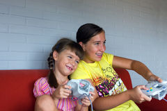 Una battaglia delle due sorelle con il video gioco immagine stock libera da diritti