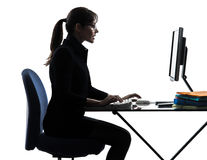 Siluetta di battitura a macchina di calcolo del computer della donna di affari fotografia stock
