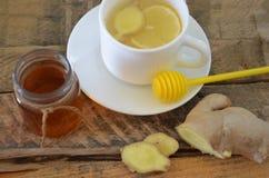 Una bebida caliente para un frío Otoño enfermedad salud Té del limón y del jengibre Miel para el tratamiento Taza de té natural v Imágenes de archivo libres de regalías