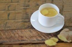 Una bebida caliente para un frío Otoño enfermedad salud Té del limón y del jengibre Miel para el tratamiento Taza de té natural v Fotografía de archivo