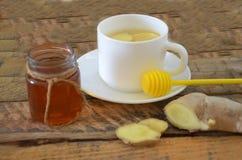 Una bebida caliente para un frío Otoño enfermedad salud Té del limón y del jengibre Miel para el tratamiento Taza de té natural v Foto de archivo