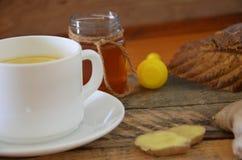 Una bebida caliente para un frío Otoño enfermedad salud Té del limón y del jengibre Miel para el tratamiento Taza de té natural v Fotos de archivo