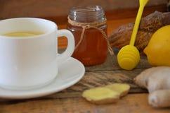 Una bebida caliente para un frío Otoño enfermedad salud Té del limón y del jengibre Miel para el tratamiento Taza de té natural v Imagen de archivo libre de regalías