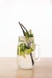 Una bebida fresca de Mojito en la tabla Backdround blanco foto de archivo libre de regalías