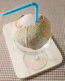 Una bebida fresca y dulce del agua del coco Imágenes de archivo libres de regalías